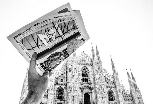 Milano d'estate: città più vuota, giornali in mano