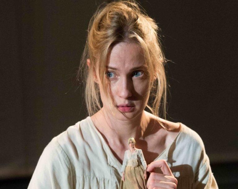 Dalle passerelle al palcoscenico: Eva Riccobono debutta con <i>Coltelli nelle galline</i> Video