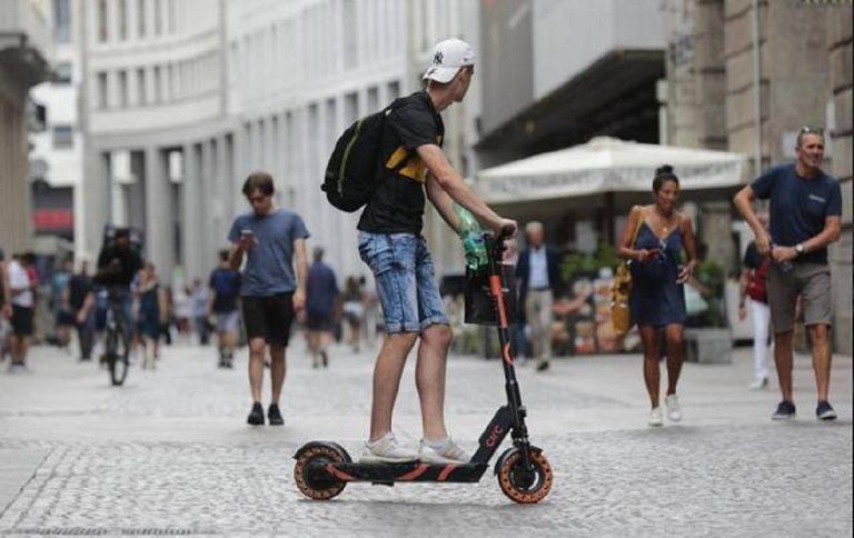 """Milano, incidenti in monopattino ed in bici: un resoconto """"da paura"""""""