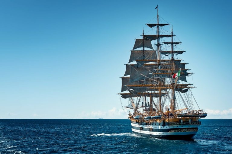 Eleonora Lorusso a bordo della <i>Nave Vespucci</i>, nella storia a vele spiegate