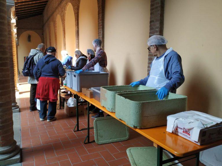 Francescani in prima linea: pacchi per le famiglie milanesi