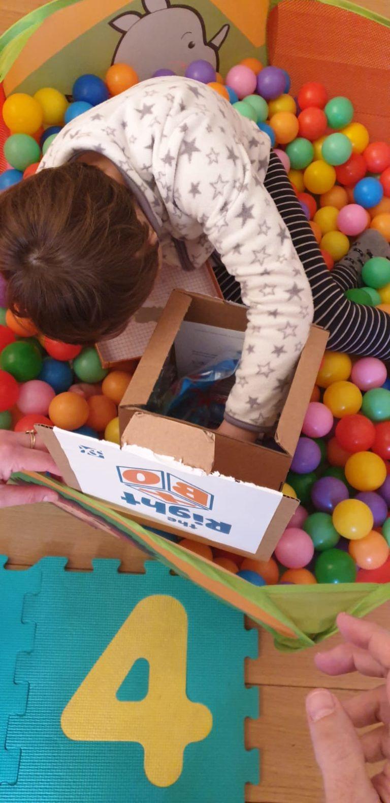 Una scatola di giochi intelligenti per i bambini in quarantena
