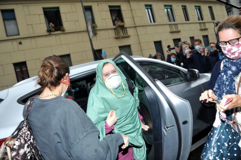 Silvia Romano torna in pubblico: «Ho sognato il nome Aisha sulla mia tessera Atm»