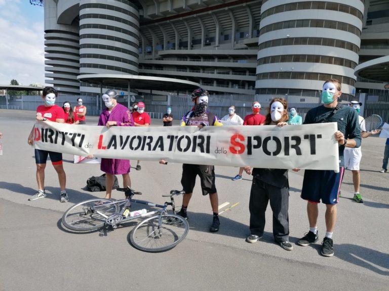 Flash mob dei lavoratori dello sport a San Siro: «Siamo invisibili per lo Stato»