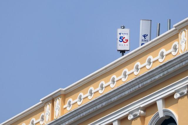 C'è chi crede al complotto: il comune milanese di Vermezzo con Zelo vieta il 5G