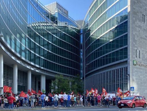 Presidio dei lavoratori delle rsa sotto Palazzo Lombardia: «Verità e giustizia per le vittime»