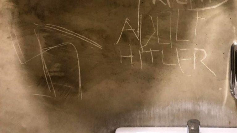 Svastiche nel bagno del Colibrì, i titolari: «Una ferita che non ci fa paura»