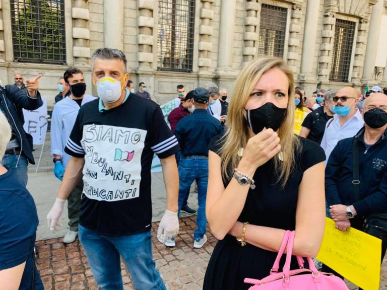 Sardone sulle multe alle auto straniere: «Gli svizzeri si dimenticano del codice stradale a Milano»