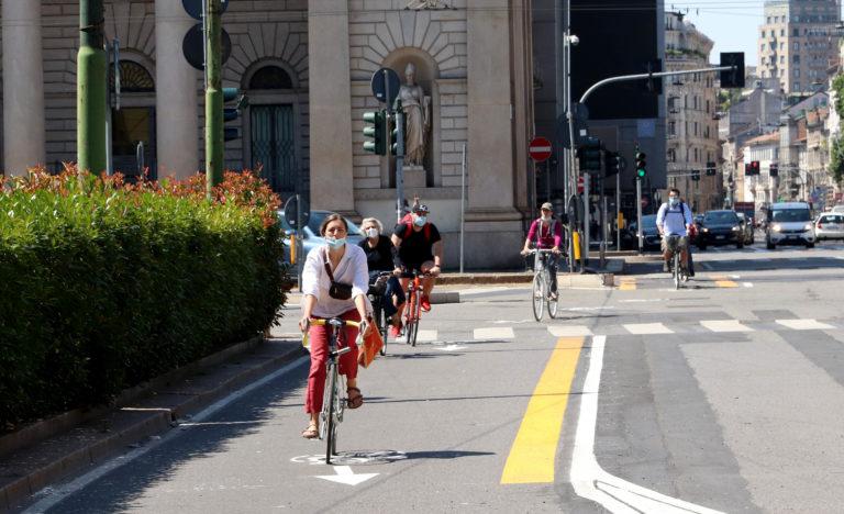 «Io non ci sto», il blitz notturno dei ciclo-attivisti contro le nuove ciclabili