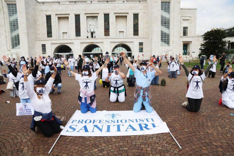 Niguarda, flash mob degli infermieri: «Non chiamateci eroi, dateci delle garanzie»