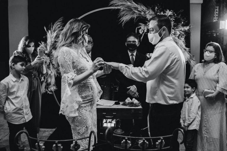 Lo sposo può baciare la sposa: via l'obbligo delle mascherine