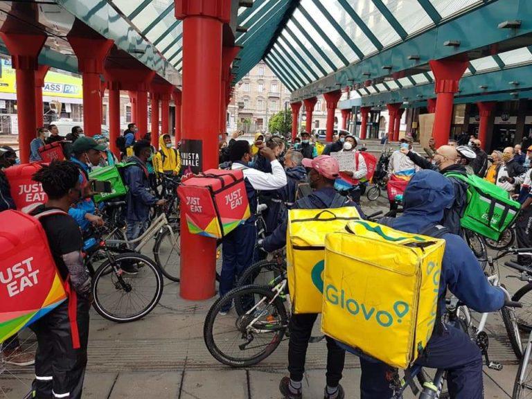 Manifestazione rider in Cadorna: a supportarli anche Giovanni di Aldo, Giovanni e Giacomo