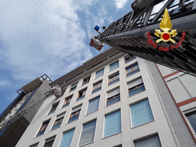 Il cantiere della M4 provoca una voragine in via Santa Sofia: evacuato un palazzo