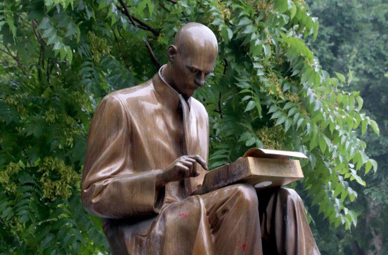 Vernice rossa e scritte, imbrattato il monumento a Montanelli