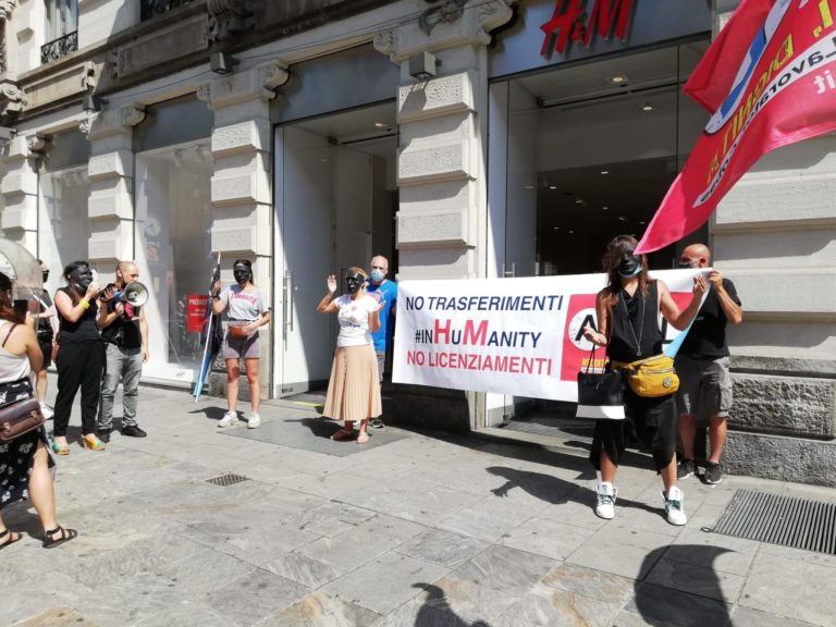"""Milano, i lavoratori H&M manifestano contro i trasferimenti """"coatti"""" subiti"""