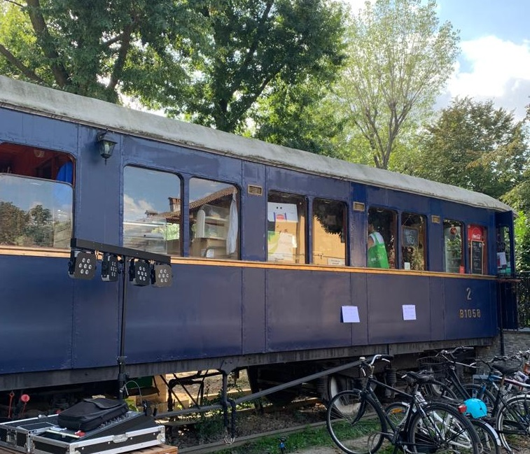 Un vagone, del buon cibo e tanto verde: la sorprendente estate della Cascina Biblioteca