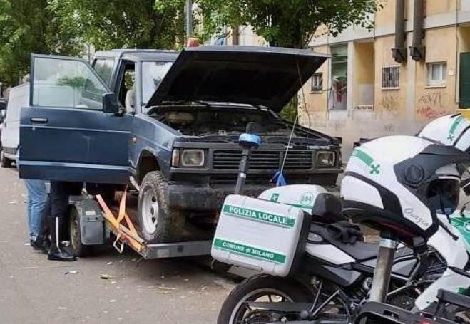 """Sgomberato un """"cimitero"""" di automobili in zona San Siro"""