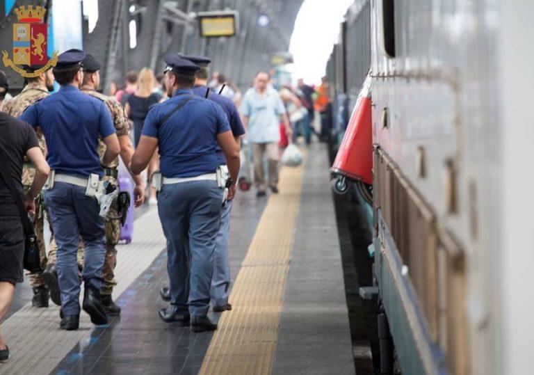 Stazione Centrale, un giovane africano viene bloccato a terra dalla Polizia. Il video