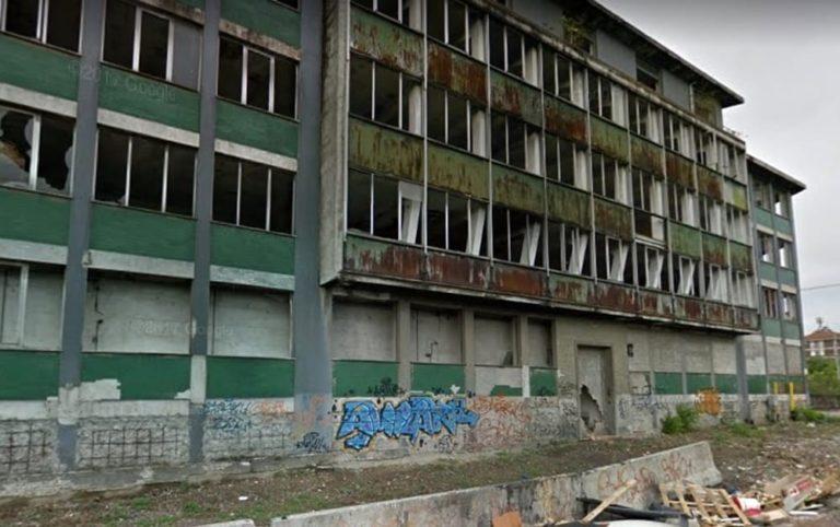 Il Comune mette all'asta la vecchia scuola di via Zama. Sardone: «Basta inerzia, sgombero immediato»