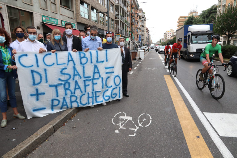 Lega di nuovo all'attacco: «A Milano buche in strada e ciclabili inutili»