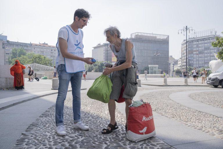 Progetto Arca: i volontari distribuiscono acqua e anguria fresca per i senzatetto