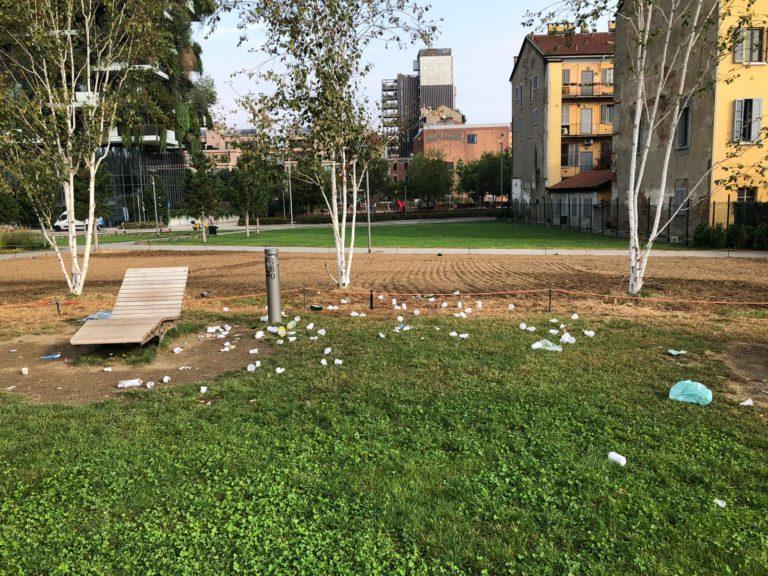 """Milano, notte di """"bivacchi"""": i rifiuti invadono i giardini intorno alla BAM"""