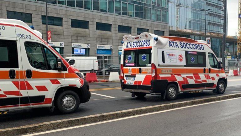 La Regione silura le associazioni di pronto soccorso: i volontari protestano sotto Palazzo Lombardia