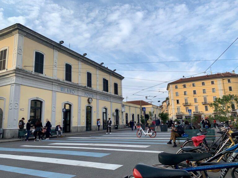 Milano, il nuovo look bianco e blu di Porta Genova