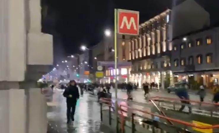 Alta tensione a Milano: sassi e petardi contro la Regione. Danni in corso Buenos Aires