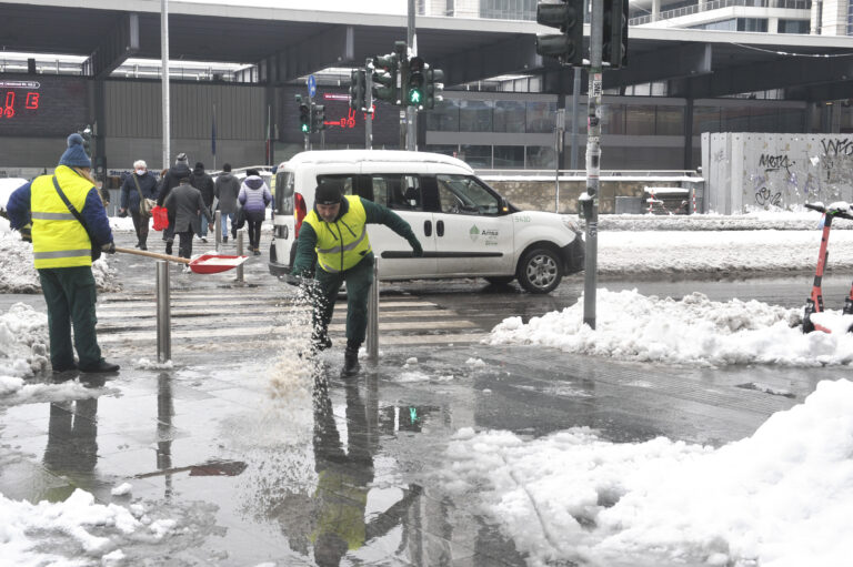 Neve a Milano, il Comune si difende: «Al lavoro nelle periferie»
