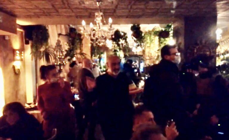 #Ioapro, primo video da un ristorante di Milano: balli, musica e tavoli pieni. Il video