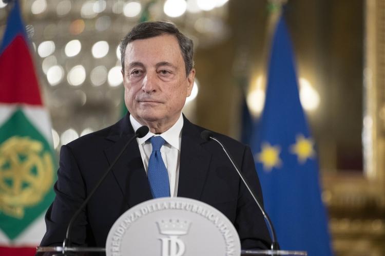 Draghi: «Sulle riaperture non c'è una data, dipenderà da contagi e vaccini. Prima la scuola»
