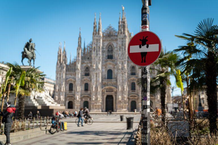 Milano, le orme di un caprone in centro città: la trovata di Frank Matano