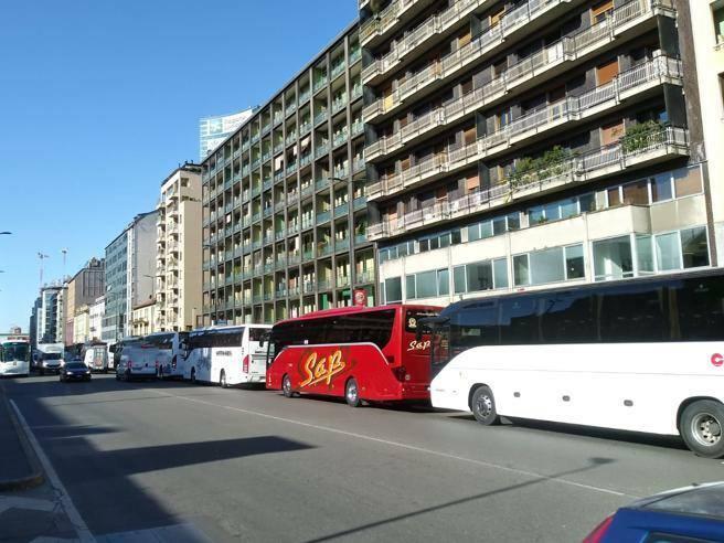 Anche i bus a noleggio in corteo a Milano: «Dimenticati da tutti»