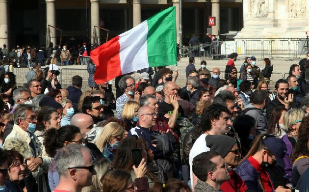 Milano, presidio no vax senza mascherina in Duomo: sessanta multe