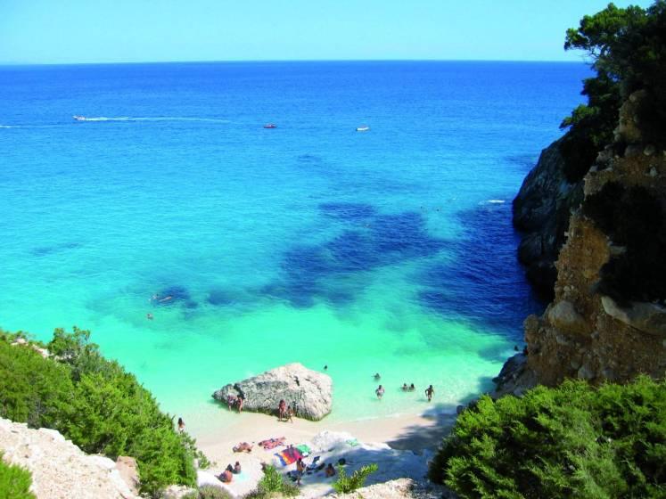 La zona rossa non scoraggia l'estate: Sardegna  meta al top