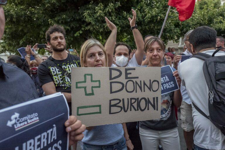 No Green Pass, nuovo flop in piazza della Scala: in 200 contro l'obbligo vaccinale
