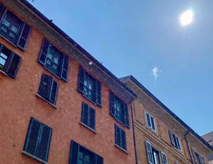 Il maltempo non abbandona Milano: piove addirittura col sole