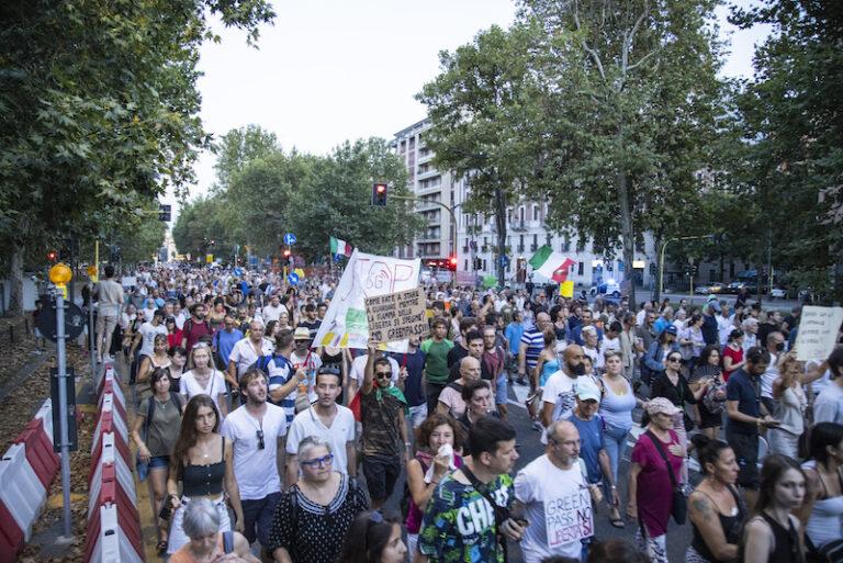 """No Green Pass, ancora inermi contro le manifestazioni """"fotocopia"""" del sabato"""