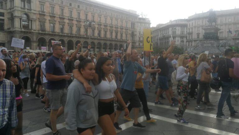 """Milano, i No Green Pass si """"convertono"""" al buddismo: in centinaia in piazza Duomo"""